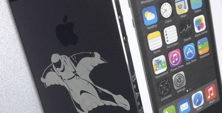 Креативная гравировка Skydive на iPhone.